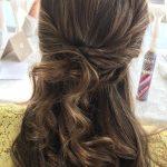Chica con peinado semi recogido